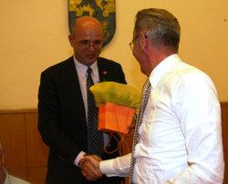 Rolf Wiegand dankt Dr. Kurt Lange (rechts im Bild)