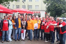 Rolf Wiegand mit GewerkschafterInnen