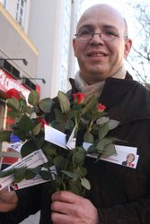 Rolf Wiegand beim Verteilen der Rosen